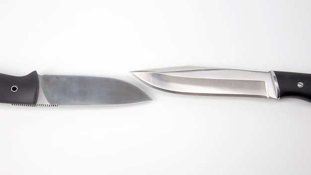캠핑과 흰색 테이블에 사냥을위한 칼. 절삭 도구. 고립 된 개체