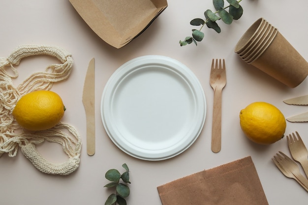ナイフ、フォーク、空の皿、紐袋、紙袋。ゼロウェイストコンセプト