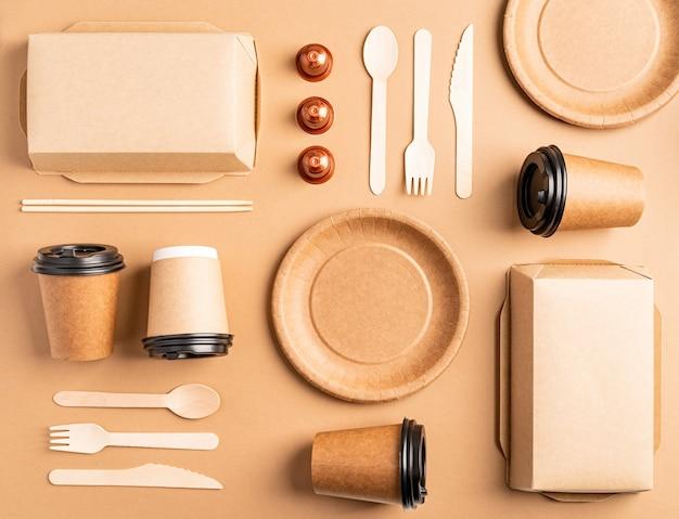 ノリングのコンセプト。環境にやさしいゼロウェイスト使い捨て食器上面図フラットは茶色の背景に横たわっていた。パターン
