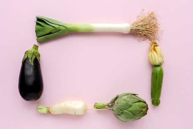白い背景の上の組成をknolling新鮮な野菜