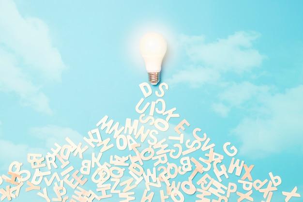 Концепция знаний и идей, лампочка, летящая на небе, и освобождение письма за мудрость