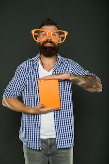 지식은 내가 관심을 갖는 단 한 가지입니다. 책을 들고 공부 괴상한입니다. 수업 책과 함께 파티 안경에 수염된 남자입니다. 멋진 안경을 쓴 책 괴짜. 강의 노트와 함께 대학 남학생입니다.