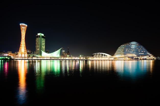 Kobe、japan。 11月10,2017。神戸タワー関西のスカイラインと港神戸港