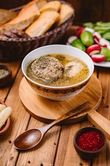 乾燥ミントの葉を添えてアゼルバイジャンkoftaミートボールスープ
