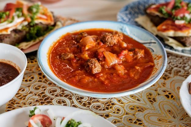 Таинское блюдо kofta в праздничном торжестве рамадан