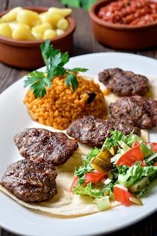 Kofte (kefte)-양고기와 쇠고기 고기와 향신료로 만든 터키 커틀릿 (고기 공)