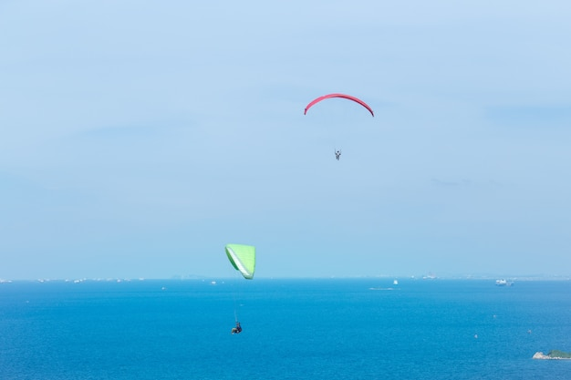 Два парапланеризма, пролетели над морем и красивым небом, koh lan pattaya thailand