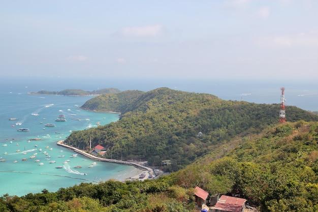 Ко лан, таиланд-февраль 9,2014: туристическое посещение и остановка скоростной лодки на пляже на ко лане, потому что пляж самый красивый.