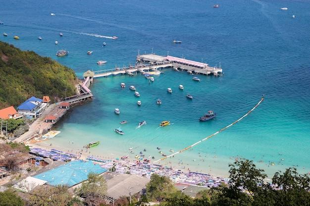 タイ、ラン島-2014年2月9日:ビーチが最も美しいため、観光客の訪問とスピードボートがコーランのビーチに停車します。
