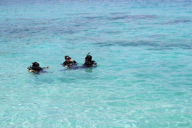クラビ、koh pp周辺の観光客に海でのダイビングレッスン。タイ。