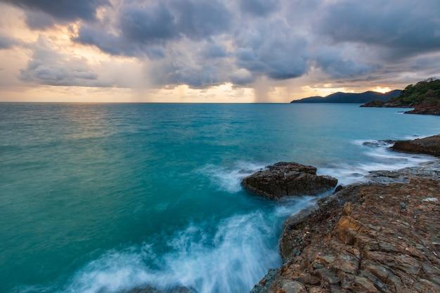 Koh wai島、トラート県、タイの海に沈む夕日