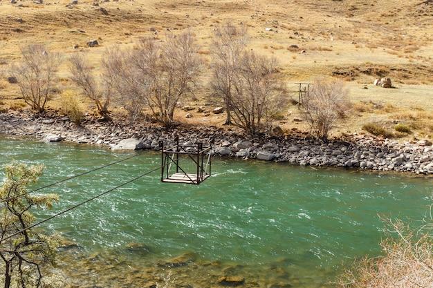 Kokemeren川、djumgalキルギスタン、川横断、川に架かるケーブルカー