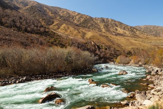 キルギスタンのナリン地方、コケメレン川。秋の山の川