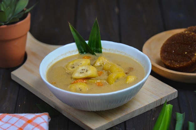 Kolak 피상 또는 바나나와 고구마 설탕에 절인 과일은 바나나로 만든 인기 있는 인도네시아 디저트입니다.