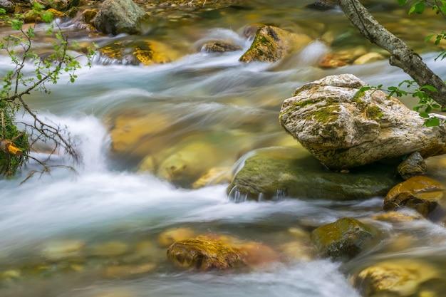 コラシンスカヤ川は都市を急速に流れています。モンテネグロ、コラシン。