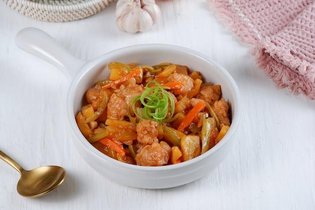 Колоке или курица кулуюк - это китайско-индонезийское блюдо, в котором используется сырье из курицы или рыбы.