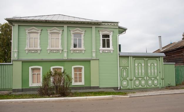 コロムナロシア2021年9月25日古いロシアの緑の木造住宅