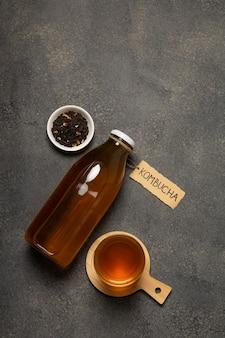 暗い背景に「昆布茶」と書かれた昆布茶ボトル