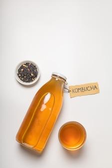 「昆布茶」と書かれた昆布茶ボトルとグラスドリンク
