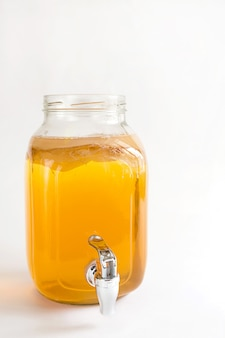 紅茶キノコ、タップでガラスの瓶にお茶のキノコから作られた飲み物