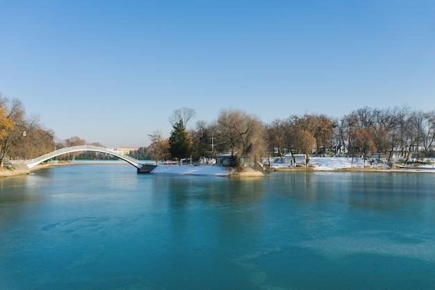 冬の間に橋のあるコムソモール湖