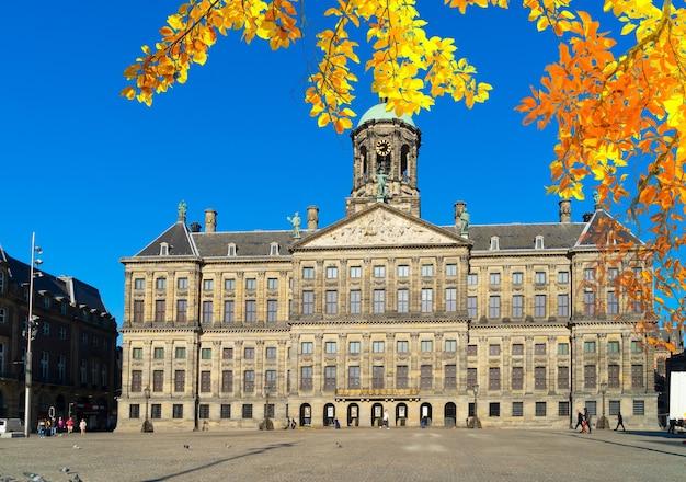 Koninklijk paleis на площади дам в амстердаме, нидерланды осенью