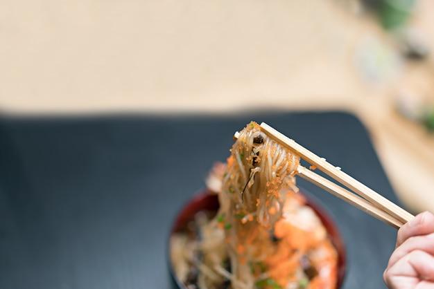 Конжак с креветками и палочками. концепция японской кухни