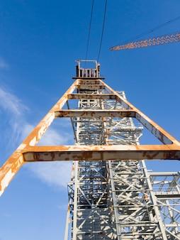 광석을 들어 올리는 koper. 광업 및 가공 공장. 실비나이트 채굴. 건물. 벨로루시 공화국 페트리코프 지구.