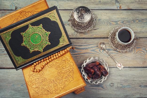 Книга корана с датами и чашкой кофе