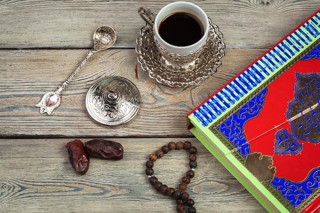 Книга корана с датами, кофе и tasbih