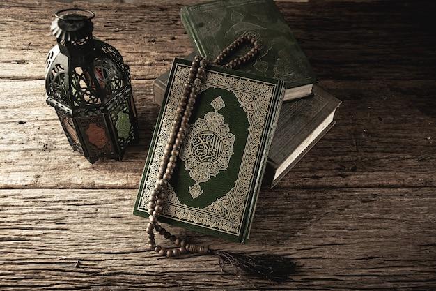 コーラン-テーブル上のすべてのイスラム教徒のイスラム教徒の公開アイテムの聖典、静物。