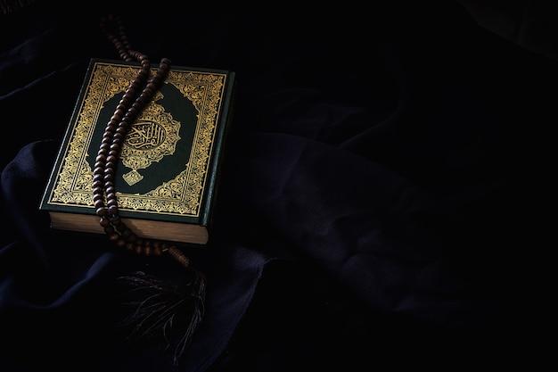 Коран - священная книга мусульман, общественный предмет всех мусульман на столе, натюрморт.