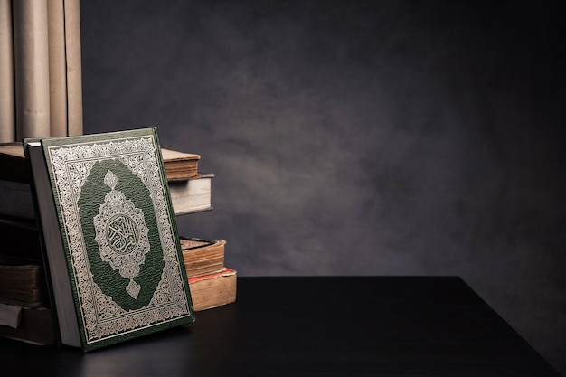 Коран - священная книга мусульман (общественный пункт всех мусульман) на столе