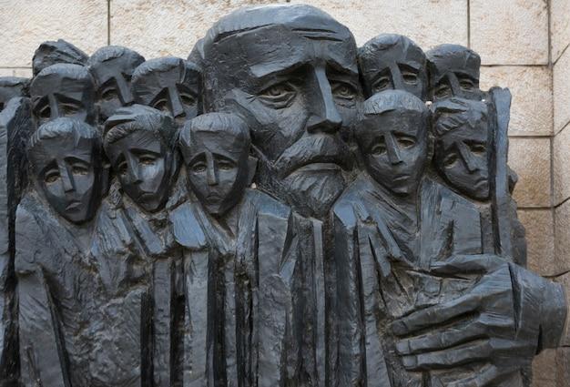 Корчак и статуя детей гетто, яд вашем, иерусалим, израиль