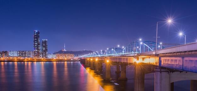 한국의 랜드 마크와 다리와 한강, n 서울 타워 밤, 한국.