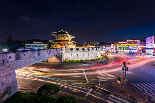 한국의 랜드 마크와 일몰 후 공원, 수원의 전통 건축, 일몰의 화성 요새, 한국.