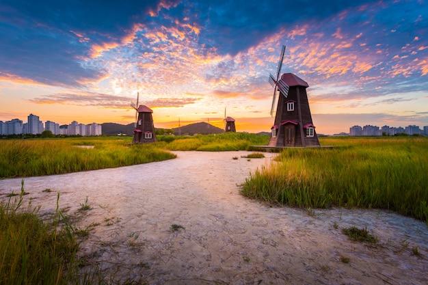 韓国の風景美しい夕日と伝統的な風車、仁川韓国、ソレ生態湿地公園