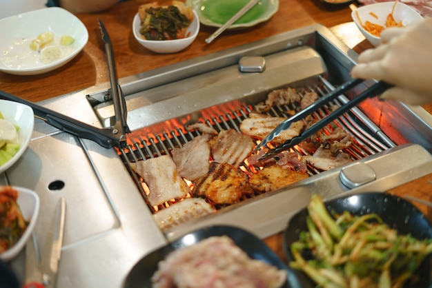 한국식 바베큐 요리 또는 굽고