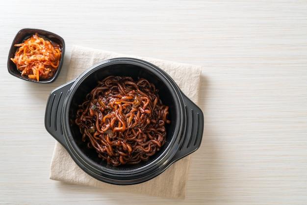 볶은 차중 간장 (차파 게티)을 곁들인 한식 블랙 스파게티 또는라면-한식 스타일