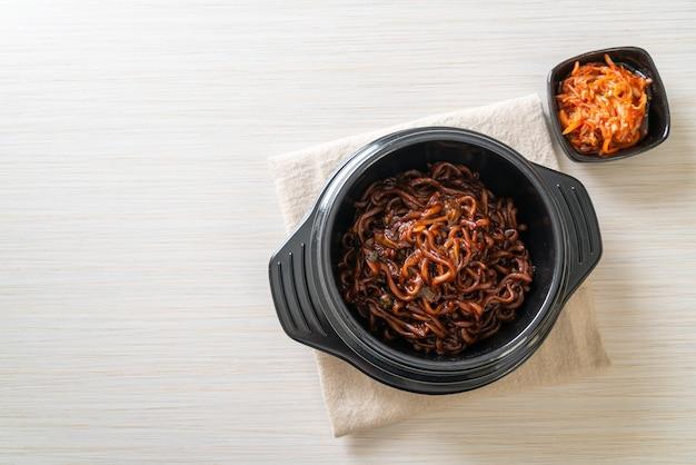 韓国の黒スパゲッティまたはインスタントラーメンとローストチャジュン醤油(チャパゲッティ)。韓国料理スタイル