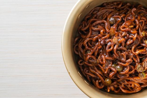 韓国の黒スパゲッティまたはローストチャジュン醤油のインスタントラーメン(チャパゲティ)-韓国料理のスタイル