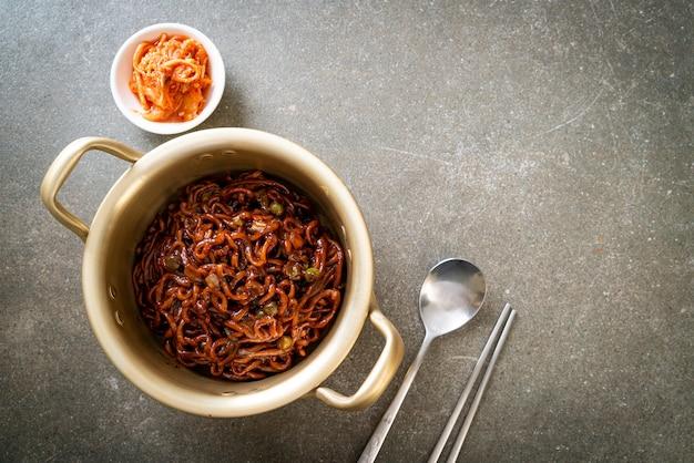 Черные корейские спагетти или лапша быстрого приготовления с жареным соевым соусом чачжунг (чапагетти) - корейский стиль еды