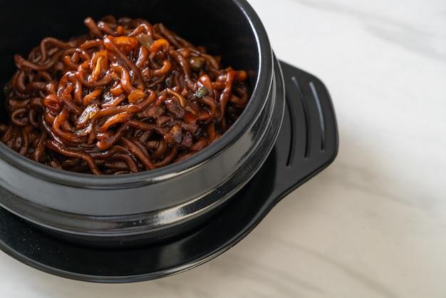 볶은 차중 간장을 곁들인 검은 색 스파게티 또는라면 (차파 게티)