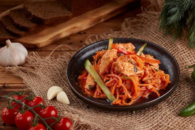 닭고기를 곁들인 한국 당근, 나무