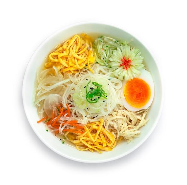 한국 냉면 국 냉면 흰 그릇에 야채를 곁들인 전통 한식