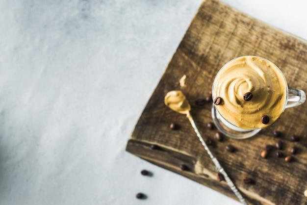 인스턴트 커피 거품을 넣은 한국 달고나 커피 라떼