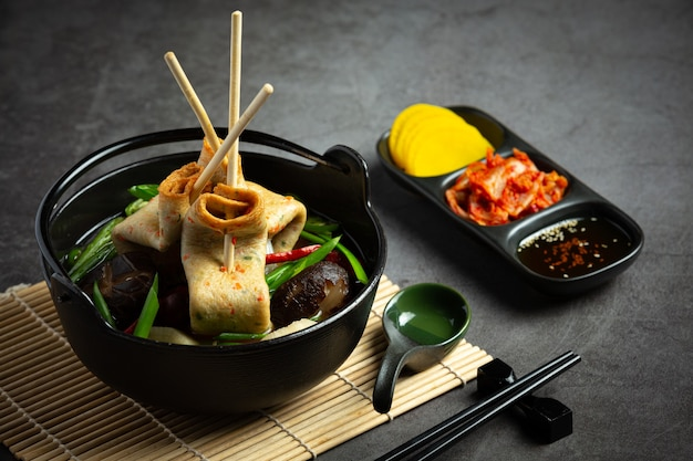 Корейский рыбный пирог и овощной суп на столе