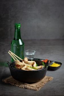 테이블에 한국 어묵과 야채 스프