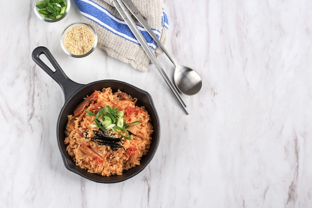 한국 음식: bekkeumbao 또는 김치 볶음밥, 한국 전통 조리법 김치, 파, 참깨, 김을 곁들인 볶음밥. 텍스트를 위한 공간 복사
