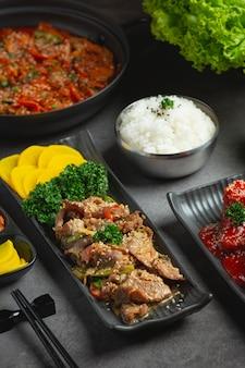 Корейская еда bulgogi или шашлык из маринованной говядины, готовый к подаче